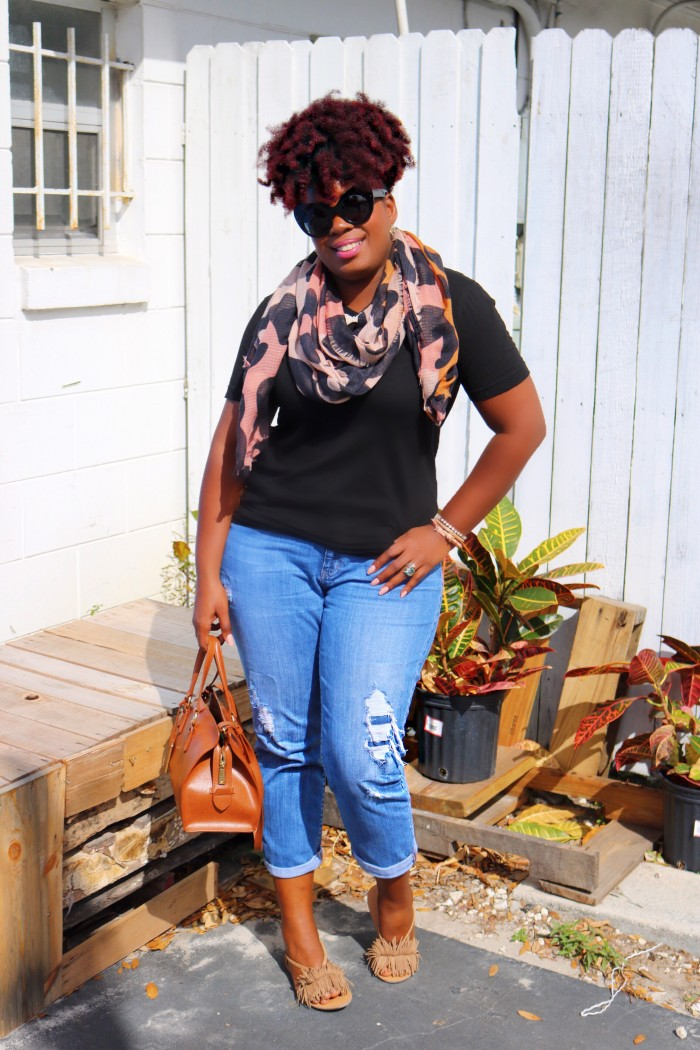 Orlando Fashion Blogger wearing natural hair, dressed in blue boyfriend jeans, and fashion sunglasses
